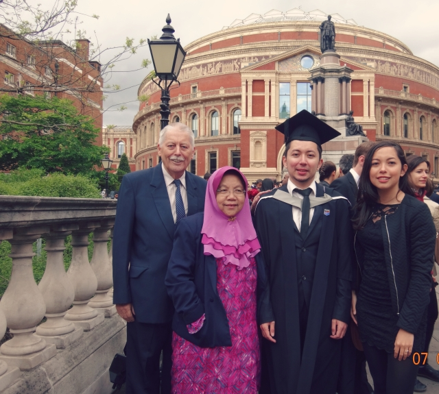 Family trips are a rarity in the Davis family because we are rarely in the same country all at once. It only requires an important event like my brother's graduation in London!